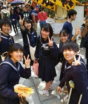 japan-school-girls-peace-sign